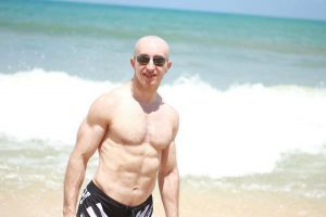 Yo en la playa después de bajar de peso