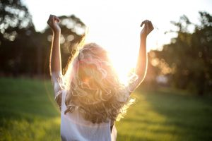 Se expor ao sol um pouco mais a cada dia para produzir vitamina D
